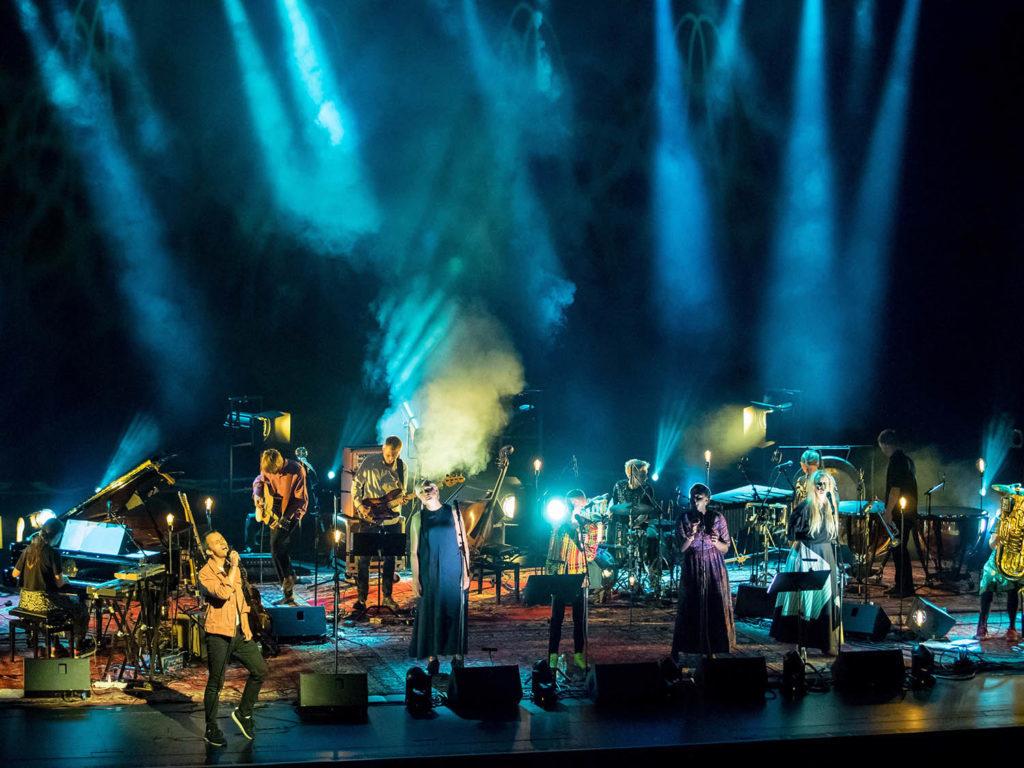Joni Mitchell-konserten. Et av årets naturlige høydepunkt - og en kveld mange lyttere møtte en helt særegen musikergenerasjon for første gang. Foto: Terje Mosnes