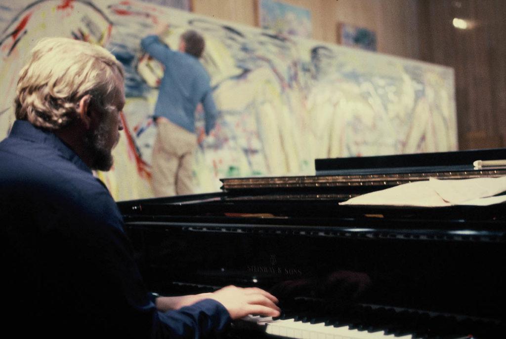 Egil Kapstad improviserer ved klaveret mens Svend Wiig Hansen gjør det samme ved lerretet. Hvor jazz kan det bli?