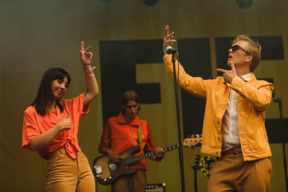 Danse-Lyder og Thea demonstrerer noen av plateaktuelle Fiehs egenpatenterte innøvde moves mens Andreas Rukan holder fortet. Foto: Maja Brenna/Øyafestivalen