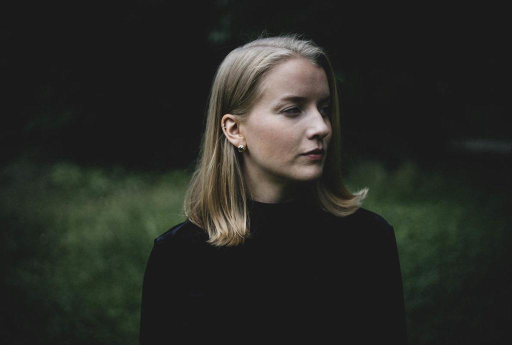 Helga Myhr skaper musikalsk magi og gjør et godt stykke arbeid på den nye soloplaten Natten veller seg ut. Foto: Johannes Selvaag