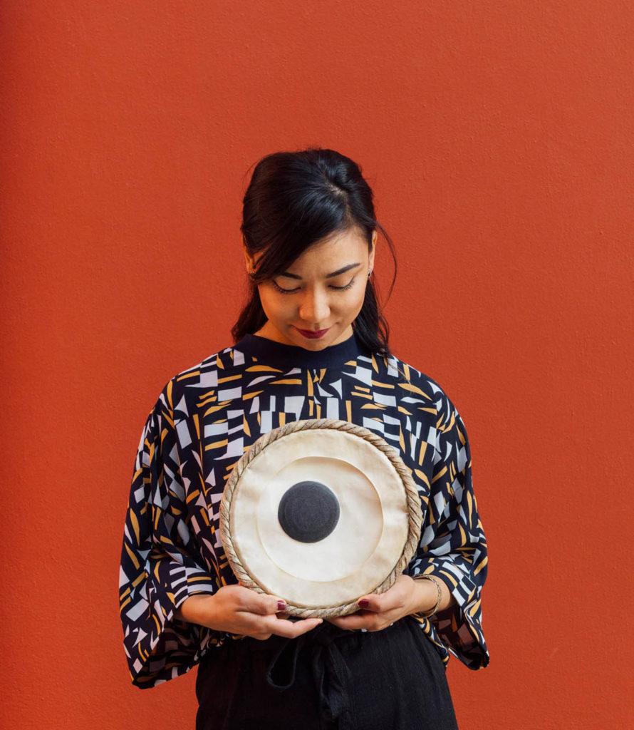 Tablas er ikke krydder. Sanskriti Shrestha, en av de musikerne i Norge vi lytter helst til, for eksempel lørdag.  Foto: Signe Fuglesteg Luksengard