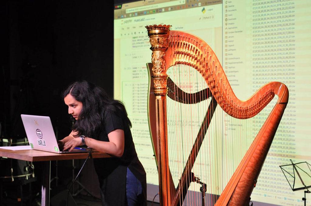 Tejaswinee Kelkar er musiker og forsker på UiO, hvor hun forsker på måten mennesker knytter bevegelser til melodier. Now's The Time har denne uken tatt en lang prat med henne om hvordan vi egentlig lytter til musikk. Foto: Sophie Barth/UiO