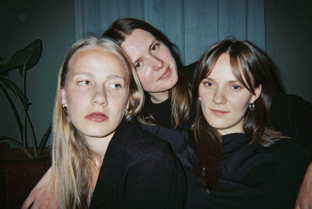 Nothing Personal finner ånden i maskinene. Fra venstre Thea Emilie Wang, Dorothea Økland og Solveig Wang. Foto: Maria Saxegaard